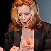 "NLD/Utrecht/20110115 - As The World Turns acteurs in het theater, Lily Snyder, Martha Byrne signeert cd""s van fans"