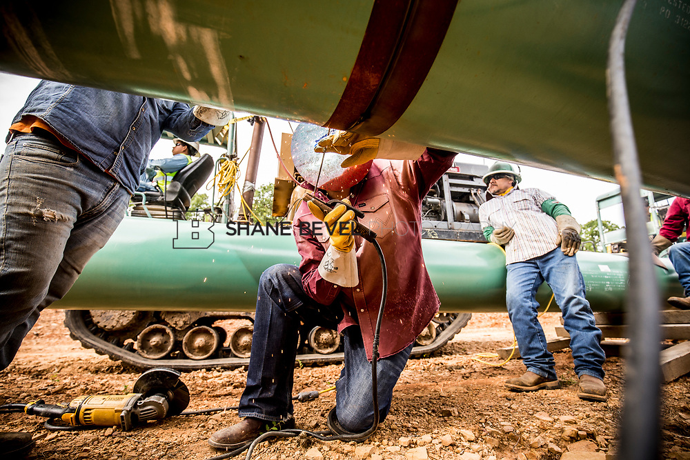 6/1/17 9:08:59 AM -- Sen. James Inhofe visits the Diamond Pipeline sight with representatives from Plains All American Pipeline, Valero and Pumpco Pipeline Construction near Hectorville, Okla.<br /> <br /> Photo by Shane Bevel
