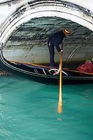 Italie, Venetie, Venise, classee Patrimoine Mondial de l UNESCO, gondolier sous un pont // Italy, Veneto, Venice, gondola under bridge