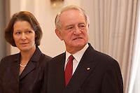 07 JAN 2004, BERLIN/GERMANY:<br /> Johannes Rau (R), Bundespraesident, und seine Frau Christina Rau (L), waehrend dem Neujahrsempfang des Bundespraaesidenten, Schloss Bellevue<br /> IMAGE: 20040107-01-002<br /> KEYWORDS: Empfang, Neujahr, Bundespräsident, Gattin, Praesidentengattin, Präsidentengattin, Defilee