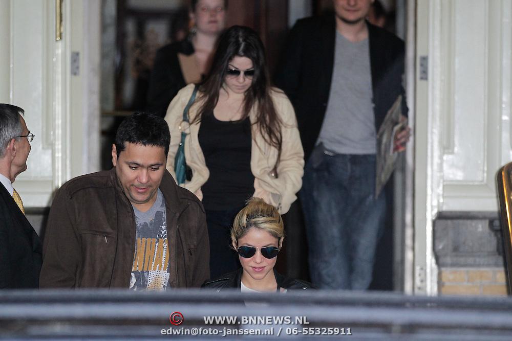 NLD/Amsterdam/20120509 - Shakira verlaat het Amstel Hotel,