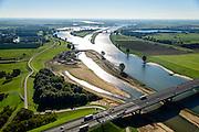 Nederland, Utrecht, Gemeente Vianen, 30-09-2015; rivier de Lek en uiterwaardvergraving Bossenwaard, Pontwaard en Heerenwaard, inclusief aanleg nevengeulen. Door de rivierverruiming kan bij hoog water, mede een gevolg van klimaatveranderingen, het water sneller afgevoerd.<br /> Omgeving Hagesteinsebrug (A27).<br /> Floodplain excavation, including construction of side channels, because of climate change, in order to guarantee quicker drain off .  <br /> <br /> luchtfoto (toeslag op standard tarieven);<br /> aerial photo (additional fee required);<br /> copyright foto/photo Siebe Swart