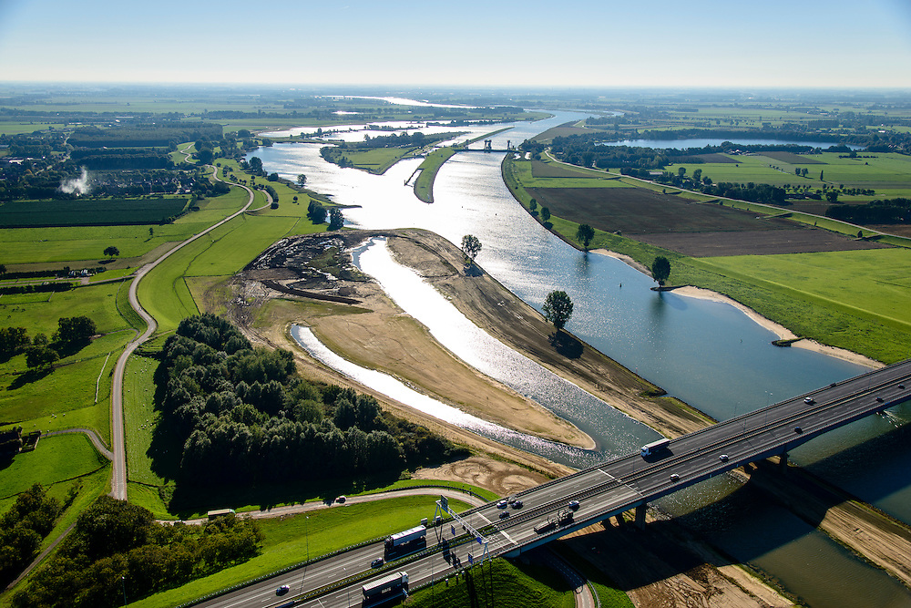 Nederland, Utrecht, Gemeente Vianen, 30-09-2015; rivier de Lek en uiterwaardvergraving Bossenwaard, Pontwaard en Heerenwaard, inclusief aanleg nevengeulen. Door de rivierverruiming kan bij hoog water, mede een gevolg van klimaatveranderingen, het water sneller afgevoerd.<br /> Omgeving Hagesteinsebrug (A27).<br /> Floodplain excavation, including construction of side channels, because of climate change, in order to guarantee quicker drain off .  <br /> <br /> luchtfoto (toeslag op standard tarieven);<br /> aerial photo (additional fee required);<br /> copyright foto/photo Siebe Swart