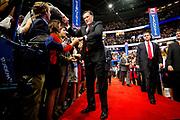 Mitt Romney hilser på tilhengere på vei opp til scenen for å holde nominasjonstalen sin under republikanernes landsmøte i Tampa.