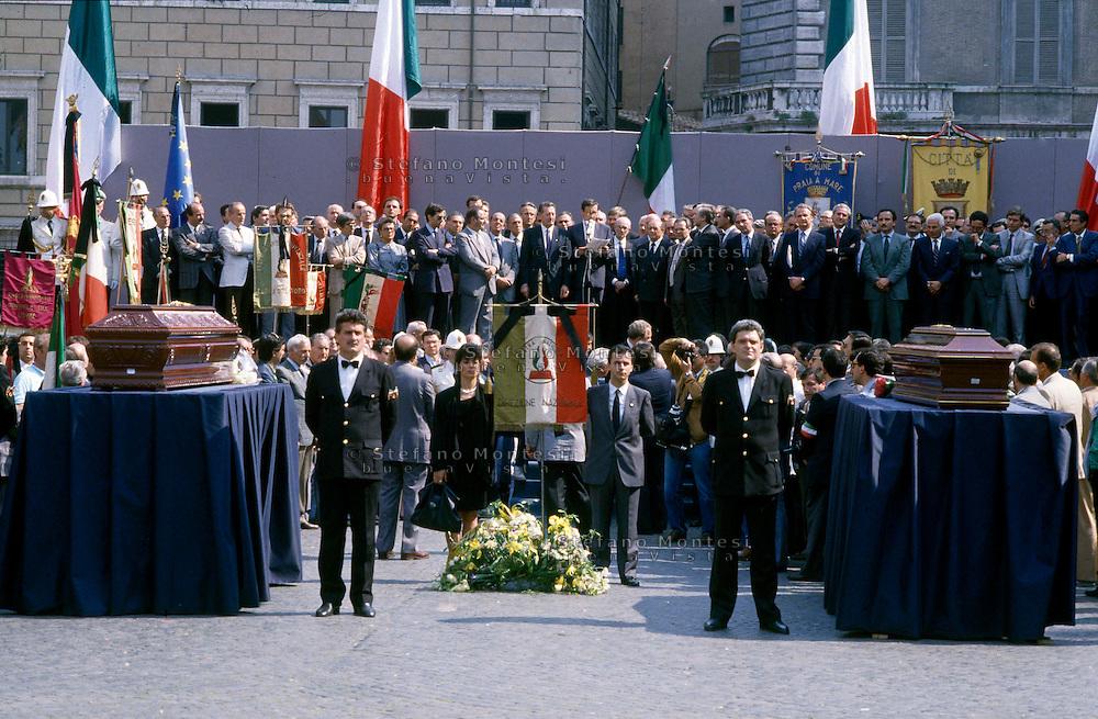 Roma 24 Maggio1988.Il funerale di Giorgio Almirante e Pino Romualdi a Piazza Navona. Sul  palco lorazione funebre alle esequie dei due leader della destra di Gianfranco Fini