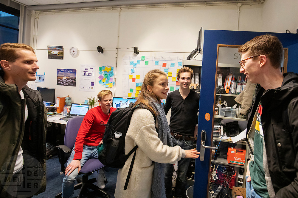 In de D:Dreamhall in Delft maken de atleten (links Thijmen, rechts Kees) kennis met het team. In september wil het Human Power Team Delft en Amsterdam, dat bestaat uit studenten van de TU Delft en de VU Amsterdam, tijdens de World Human Powered Speed Challenge in Nevada een poging doen het wereldrecord snelfietsen voor tandems te verbreken met de VeloX XT, een gestroomlijnde ligfiets. Het record staat sinds 2019 op 120,26 km/u<br /> <br /> In Delft he athletes meet the team for the first time. With the VeloX XT, a special recumbent bike, the Human Power Team Delft and Amsterdam, consisting of students of the TU Delft and the VU Amsterdam, also wants to set a new tandem world record cycling in September at the World Human Powered Speed Challenge in Nevada. The current speed record is 120,26 km/h, set in 2019.