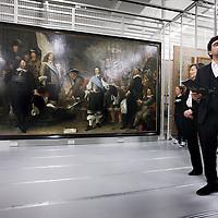 Nederland, Amsterdam , 12 februari 2014.<br /> Gallery of the Golden Age.<br /> Vandaag werd bekend dat drie musea in Amsterdam samen de Gallery of the Golden Age beginnen: een vaste tentoonstelling van meer dan 30 enorme groepsportretten 17e en 18e eeuw.<br /> Deze 'klasgenoten van de Nachtwacht' worden vanwege hun enorme omvang zelden tentoongesteld, maar in het 17e-eeuwse gebouw van de Hermitage is er ruimte voor. De tentoonstelling zal er vanaf eind november te zien zijn, maar bekijk hier alvast een selectie met onder meer de 'Anatomische les van dr. Deijman' van Rembrandt en schuttersportretten van Govert Flinck en Nicolaes Pickenoy.<br /> De zg Schuttersstukken opgeslagen in het depot van Amsterdam Museum, die tentoon gespreid zullen worden in de Hermitage<br /> Op de foto v.r.n.l. P{aul Spies, directeur Amsterdam Museum, Cathelijne Broers. directeur Hermitage Amsterdam<br /> Foto:Jean-Pierre Jans