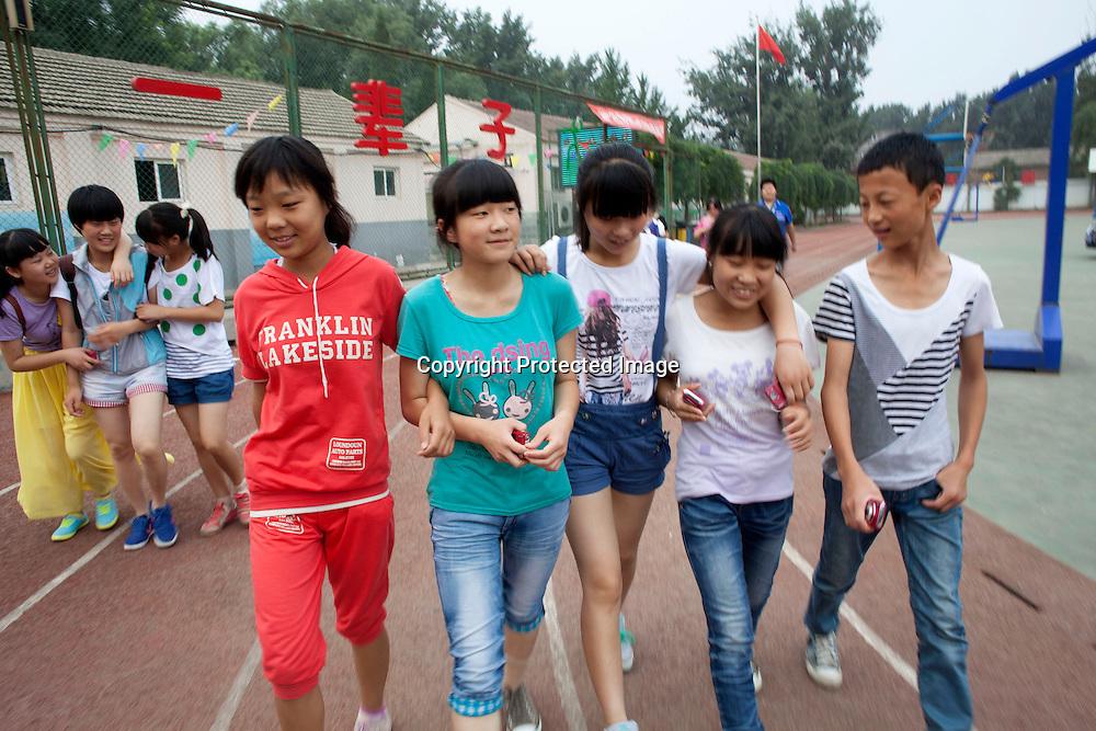 BEIJING, JULY,12-14,2013 : Teilnehmer eines Foto Workshops in der CAOCHANGDI MITTELSCHULE arbeiten mit ihren Kameras auf dem Schulgelaende.