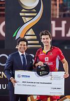 BHUBANESWAR, INDIA -  speler van het toernooi, Arthur van Doren (Belgie) met cricketlegende Sachin Tendulkar  na  de  finale tussen België en Nederland (0-0)  bij het WK Hockey heren in het Kalinga Stadion. Belgie wint de shoot outs .  COPYRIGHT KOEN SUYK
