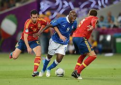 FUSSBALL  EUROPAMEISTERSCHAFT 2012   FINALE Spanien - Italien            01.07.2012 Alvaro Arbeloa (li) und Gerard Pique (re, beide Spanien) gegen Mario Balotelli (Mitte, Italien)