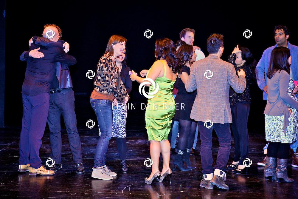 UTRECHT - In het Beatrix Theater is een reunie gehouden van oude en nieuwe castleden van Miss Saigon. Met op de foto zwangere Brigitte Heitzer, Tony Neef, Linda Wagenmakers en nog enkele castleden van Miss Saigon. FOTO LEVIN DEN BOER - PERSFOTO.NU