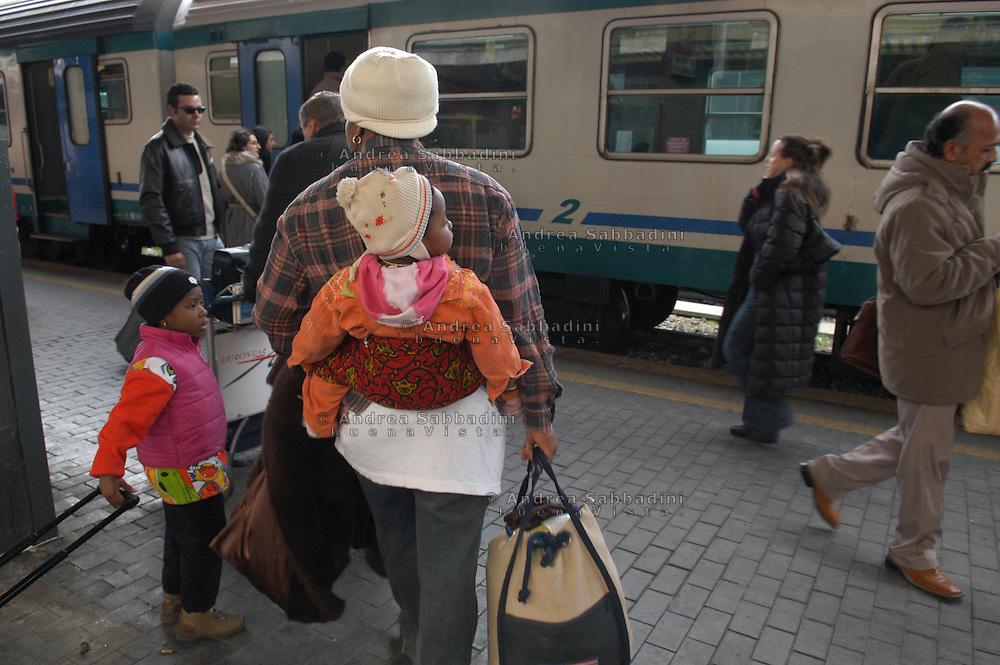 Roma, 04/02/2006: Stazione Termini , mamma immigrata con bambini  e valigie.<br /> &copy; Andrea Sabbadini