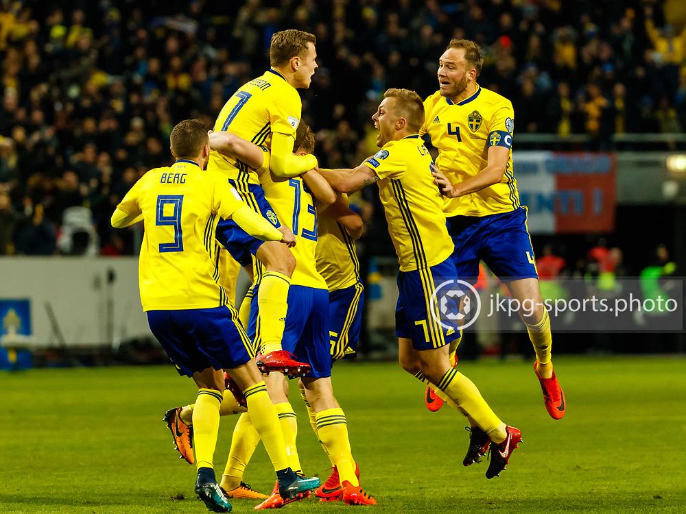 2017-11-10 Fotboll, Play off Sverige - Italien:<br /> Jubel i det Svenska laget efter matchens enda m&aring;l 1-0 av (13) Jakob Johansson.<br /> <br /> Foto: Daniel Malmberg/Jkpg sports photo/Expressen