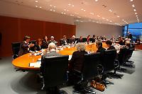 22 OCT 2002, BERLIN/GERMANY:<br /> Uebersicht Kabinettstisch, vor Beginn der ersten Kabinettsitzung der neuen Bundesregierung, Kabinettsaal, Bundeskanzleramt<br /> IMAGE: 20021022-02-024<br /> KEYWORDS: Kabinett, Sitzung,