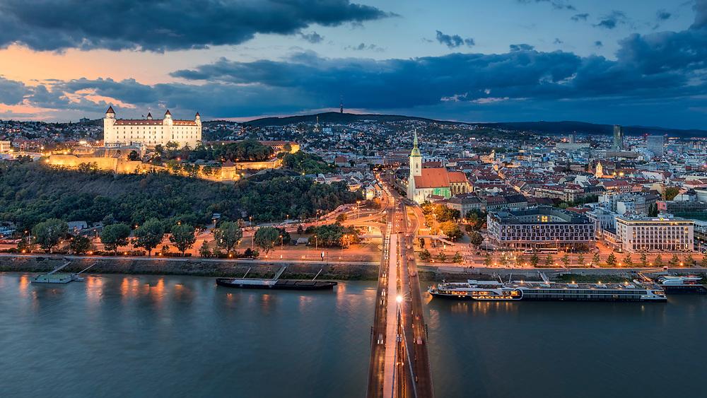 Einen hervorragenden Blick auf die Burg, den St. Martin Dom sowie die Altstadt von Bratislava (Pressburg) hat man vom UFO Restaurant über der Donau.