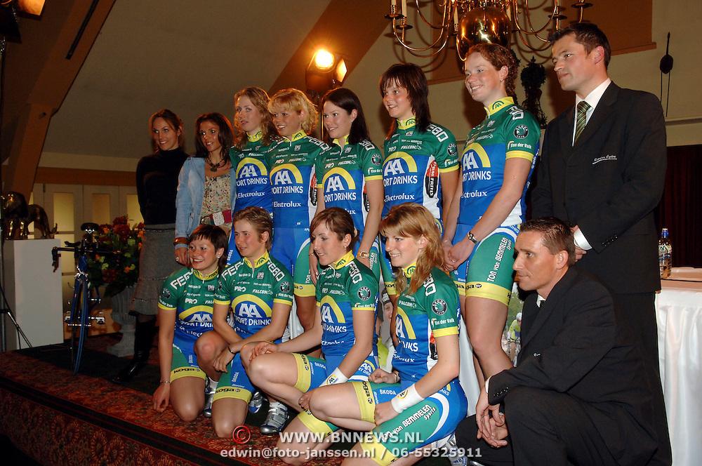 NLD/Alphen aan de Rijn/20060308 - Presentatie nieuwe wielerploeg Leontien van Moorsel, AA Drink Cycling team, teamfoto en begeleiding