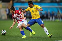 Paulinho disputa bola contra a Croácia na estréia da Copa do Mundo 2014, na Arena Corinthians, em São Paulo. FOTO: Jefferson Bernardes/ Agência Preview