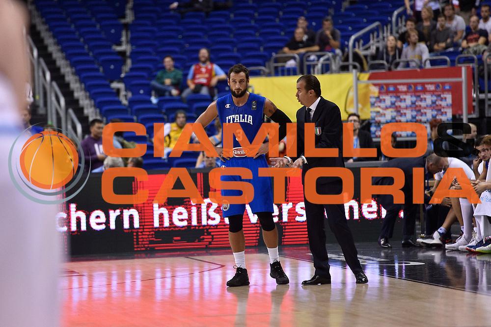 DESCRIZIONE : Berlino Berlin Eurobasket 2015 Group B Iceland Italy<br /> GIOCATORE : Marco Belinelli Simone Pianigiani<br /> CATEGORIA : fair play<br /> SQUADRA : Iceland Italy<br /> EVENTO : Eurobasket 2015 Group B<br /> GARA : Iceland Italy<br /> DATA : 06/09/2015<br /> SPORT : Pallacanestro<br /> AUTORE : Agenzia Ciamillo-Castoria/Giulio Ciamillo<br /> Galleria : Eurobasket 2015<br /> Fotonotizia : Berlino Berlin Eurobasket 2015 Group B Iceland Italy