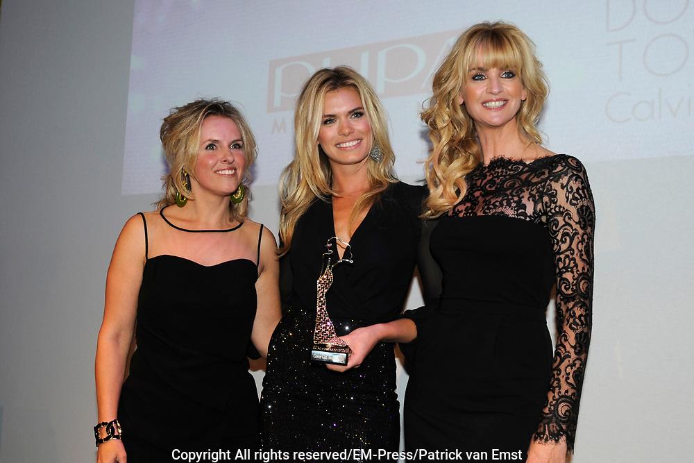Uitreiking Beau Monde Awards 2013 in het Amstel Hotel, Amsterdam.<br /> <br /> Op de foto:  Nicolette van Dam met de Cover Girl Award