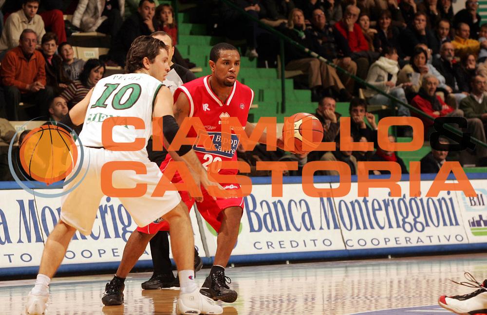 DESCRIZIONE : Siena Lega A1 2005-06 Montepaschi Siena Bipop Carire Reggio Emilia <br /> GIOCATORE : Mc Intyre <br /> SQUADRA : Bipop Carire Reggio Emilia <br /> EVENTO : Campionato Lega A1 2005-2006 <br /> GARA : Montepaschi Siena Bipop Carire Reggio Emilia <br /> DATA : 18/12/2005 <br /> CATEGORIA : Palleggio <br /> SPORT : Pallacanestro <br /> AUTORE : Agenzia Ciamillo-Castoria/P.Lazzeroni