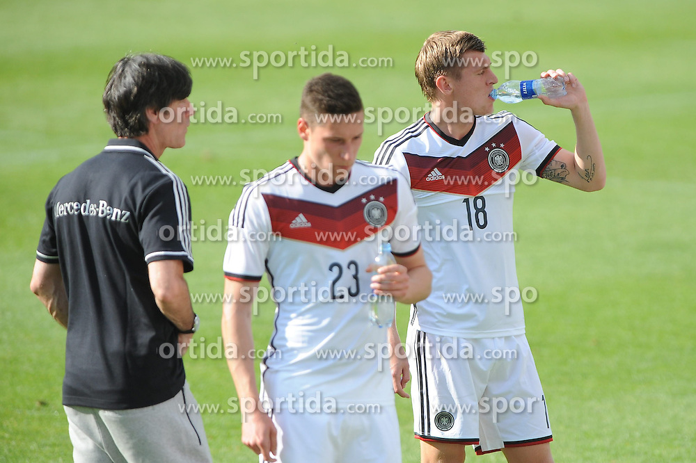 25.05.2014, Sportplatz, St. Martin, ITA, FIFA WM, Vorbereitung, Deutschland, U20 Nationalmannnschaft, im Bild vl. Bundestrainer Joachim, Jogi Loew, Julian Draxler (FC Schalke 04) und Toni Kroos (FC Bayern Muenchen) // during Trainingscamp of Team Germany for Preparation of the FIFA Worldcup Brasil 2014 at the Sportplatz in St. Martin, Italy on 2014/05/25. EXPA Pictures &copy; 2014, PhotoCredit: EXPA/ Eibner-Pressefoto/ Stuetzle<br /> <br /> *****ATTENTION - OUT of GER*****