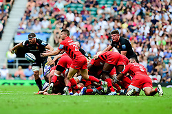 Nick Tompkins of Saracens passes the ball out of the ruck - Mandatory by-line: Ryan Hiscott/JMP - 01/06/2019 - RUGBY - Twickenham Stadium - London, England - Exeter Chiefs v Saracens - Gallagher Premiership Rugby Final