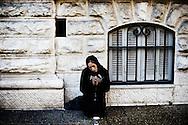 Frankrig reportage, Nice, fattigdom, sigøjner sidder med foldede hænder og tigger på gaden, mens folk bare går forbi.