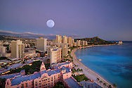 USA, Hawaii, Oahu, Honolulu, Waikiki, moon over the beach (m)