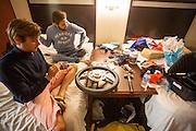 De teamleden werken 's avonds en 's nachts door om de VeloX V weer in orde te maken na de val. Het Human Power Team Delft en Amsterdam (HPT), dat bestaat uit studenten van de TU Delft en de VU Amsterdam, is in Amerika om te proberen het record snelfietsen te verbreken. Momenteel zijn zij recordhouder, in 2013 reed Sebastiaan Bowier 133,78 km/h in de VeloX3. In Battle Mountain (Nevada) wordt ieder jaar de World Human Powered Speed Challenge gehouden. Tijdens deze wedstrijd wordt geprobeerd zo hard mogelijk te fietsen op pure menskracht. Ze halen snelheden tot 133 km/h. De deelnemers bestaan zowel uit teams van universiteiten als uit hobbyisten. Met de gestroomlijnde fietsen willen ze laten zien wat mogelijk is met menskracht. De speciale ligfietsen kunnen gezien worden als de Formule 1 van het fietsen. De kennis die wordt opgedaan wordt ook gebruikt om duurzaam vervoer verder te ontwikkelen.<br /> <br /> The Human Power Team Delft and Amsterdam, a team by students of the TU Delft and the VU Amsterdam, is in America to set a new  world record speed cycling. I 2013 the team broke the record, Sebastiaan Bowier rode 133,78 km/h (83,13 mph) with the VeloX3. In Battle Mountain (Nevada) each year the World Human Powered Speed Challenge is held. During this race they try to ride on pure manpower as hard as possible. Speeds up to 133 km/h are reached. The participants consist of both teams from universities and from hobbyists. With the sleek bikes they want to show what is possible with human power. The special recumbent bicycles can be seen as the Formula 1 of the bicycle. The knowledge gained is also used to develop sustainable transport.