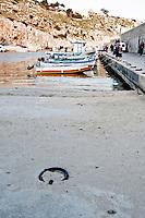 Castro Marina - Salento - Puglia - Imbarcazioni dei pescatori nel porto di Castro. In primo piano un gancio utilizzato per l'attracco delle barche.