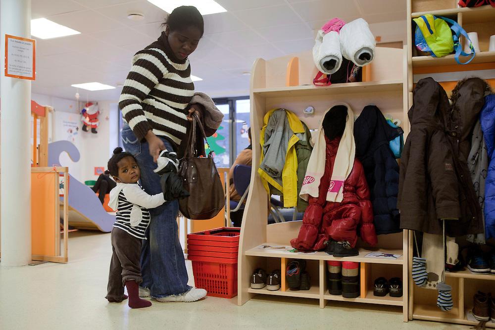 Arivée des parents et des enfants à la PMI Amédée Laplace pour la halte-jeux. Créteil, 24 janvier 2013
