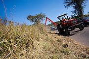 Para de Minas_MG, Brasil...Maquina fazendo limpeza de acostamento em Para de Minas, Minas Gerais...Machine cleaning sideroad in Para de Minas, Minas Gerais...Foto: LEO DRUMOND / NITRO