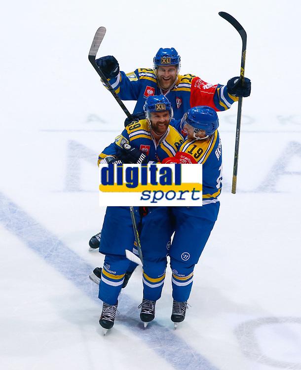 BILDET KAN KUN BRUKES I REDAKSJONELL SAMMENHENG<br /> <br /> BILDET INNGÅR IKEK I FASTAVTALER. ALL NEDLASTING BLIR FAKTURERT.<br /> <br /> Ishockey<br /> 06.10.2015<br /> Foto: Gepa/Digitalsport<br /> NORWAY ONLY<br /> <br /> HAMAR,NORWAY,06.OCT.15 - ICE HOCKEY - CHL, Champions Hockey League, play off, Storhamar Hockey vs EC Red Bull Salzburg. Image shows the rejoicing of Jimmy Andersson, Andreas Oksnes and Jacob Berglund (Storhamar).