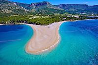 Croatie, Dalmatie, côte dalmate, île de Brac, Bol, la plage de Zlatni Rat ou Corne d'or (vue aérienne) // Croatia, Dalmatia, Brac island, Bol, Zlatni Rat (Golden Cape) beach