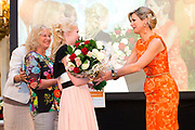 Koningin Maxima reikt Appeltjes van Oranje uit op Paleis Noordeinde / Queen Maxima at the Apples of Orange at Noordeinde Palace.<br /> <br /> Op dew foto / On the photo:  oningin Maxima reikt een Appeltje van Oranje uit aan Stichting MeeleefGezin