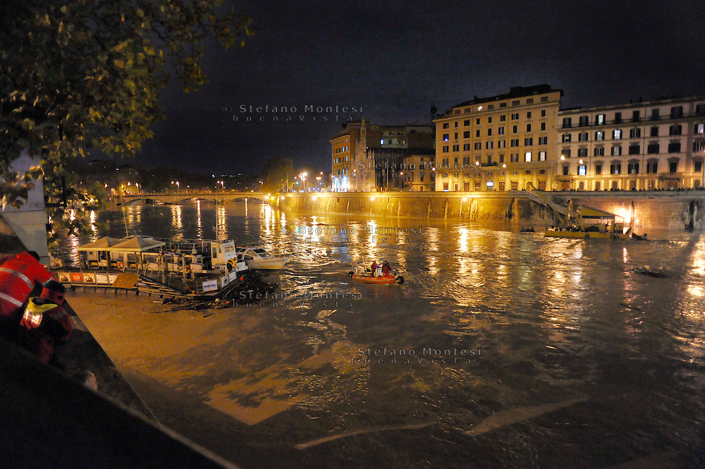 Roma 12 Dicembre 2008.Il fiume Tevere in piena per le piogge ,l'intervento dei Vigili del Fuoco.Rome 8 December 2008.The river Tiber in flood  for the rains,  the intervention of firefighters