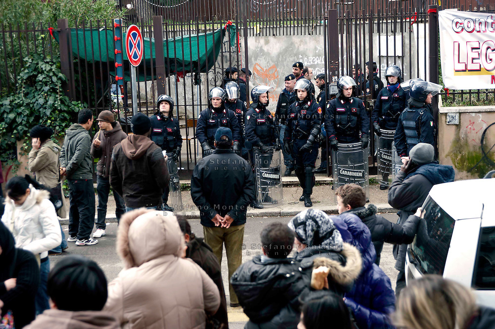 Roma 24 Febbraio 2010.Sgomberata dalle Forze dell'Ordine ex-scuola occupata da famiglie di senza casa, al quartiere Centocelle, insieme ai Blocchi precari metropolitani e al Coordinamento cittadino di lotta per la casa.Rome, February 24, 2010.Vacated  by the security forces former school occupied by families homeless, the district Centocelle, along with blocks precarious metropolitan and Citizen coordination of struggle for the house.