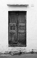 Vecchia porta di edificio abbandonato nel centro storico di Taviano (LE), Italia