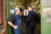 28 MAY 2006, BERLIN/GERMANY:<br /> Klaus Wowereit, SPD, Reg. Buergermeister Berlin, im Gespraech mit einer Arbeiter einer Metallwerkstatt, Buelowstrasse<br /> IMAGE: 20060528-01-064<br /> KEYWORDS: Gespräch