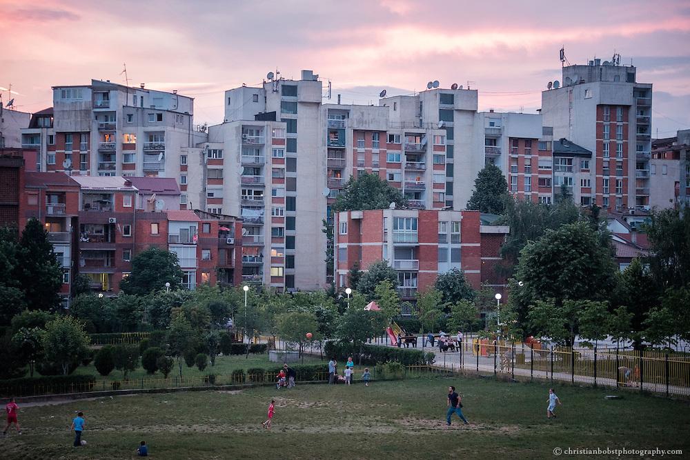 Fussball ist ein sehr beliebter Zeitvertreib in Kosovo, der Heimat von Schweizer Nationalspieler und Fussballstar Xherdan Shaqiri, der zu Beginn der Jugoslawienkriege mit seinen Eltern in die Schweiz kam. Heute sind die fehlenden wirtschaftlichen Möglichkeiten und die hohe Arbeitslosigkeit der Hauptgrund für die Emigration nach Westeuropa. Ein Fünftel aller Kosovaren leben und arbeitet in Europa oder den USA und sichern mit Geldüberweisungen die Existenz der im Land gebliebenen Familienmitglieder.
