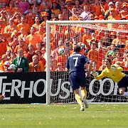 NLD/Rotterdam/20060604 - Vriendschappelijke wedstrijd Nederland - Australie, penalty Australie Mark Viduka (9), Edwin van der Sar