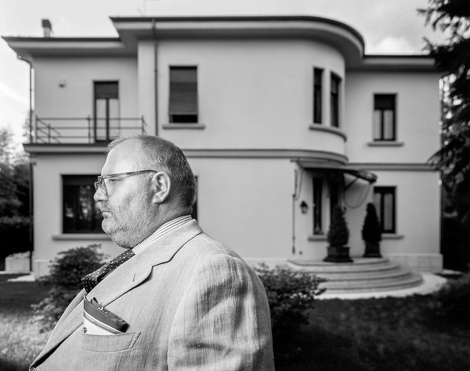 27 AUG 1996 - Legnano (MI) - Lo stilista Gianfranco Ferré presso la casa natale. Come Hitchcock a casa Bates.