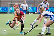 Eindhoven - Oranje Rood - Kampong  Dames, Hoofdklasse Hockey Heren, Seizoen 2017-2018, 15-04-2018, Oranje Rood - Kampong 3-1,  Lisa Post (Oranje-Rood) en Marieke van der Vis (Kampong)<br /> <br /> (c) Willem Vernes Fotografie