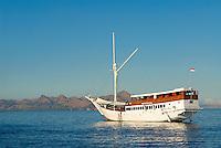 Indonesie. Flores. Baie de Labuanbajo. Bateau de croisiere.// Indonesia. Flores. Labuanbajo bay.  Cruise boat.
