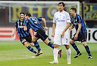 Milano, 05/04/2011<br /> Champions League/Inter-Schalke 04<br /> Gol Inter: Stankovic esulta con Chivu e Motta, Raul è impietrito