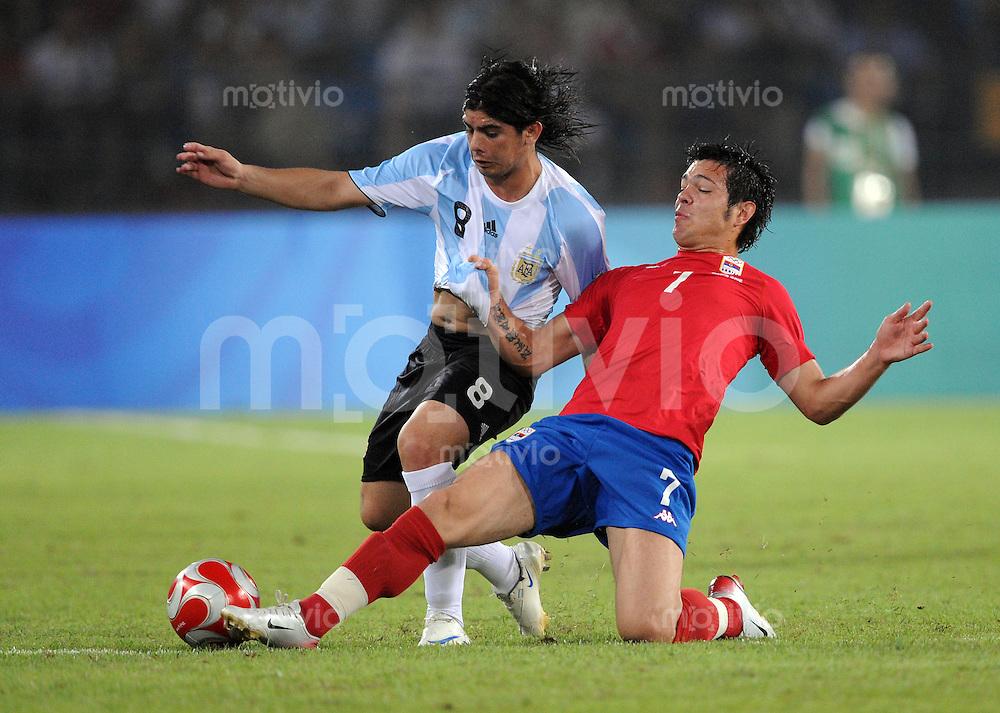 Olympia 2008  Peking  Fussball  Maenner   13.08.2008 Argentinien - Serbien Ever BANEGA (li.,ARG) gegen Milan SMILJANIK (SRB)