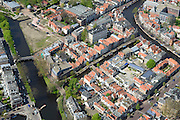 Nederland, Zuid-Holland, Leiden, 09-04-2014; centrum Leiden met Vliet tussen Witte SIngel (links) en Rapenburg. Rechtsonder Douzastraat.Schoolplein basisschool met zonnepanelen.<br /> Old town and heart of the city of Leiden with canals.<br /> luchtfoto (toeslag op standard tarieven);<br /> aerial photo (additional fee required);<br /> copyright foto/photo Siebe Swart
