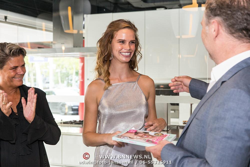 NLD/Amersfoort/20180830 - Boekpresentatie van Nicky Opheij  'On a Mission', Nicky Opheij krijgt haar eerste boek overhandigt