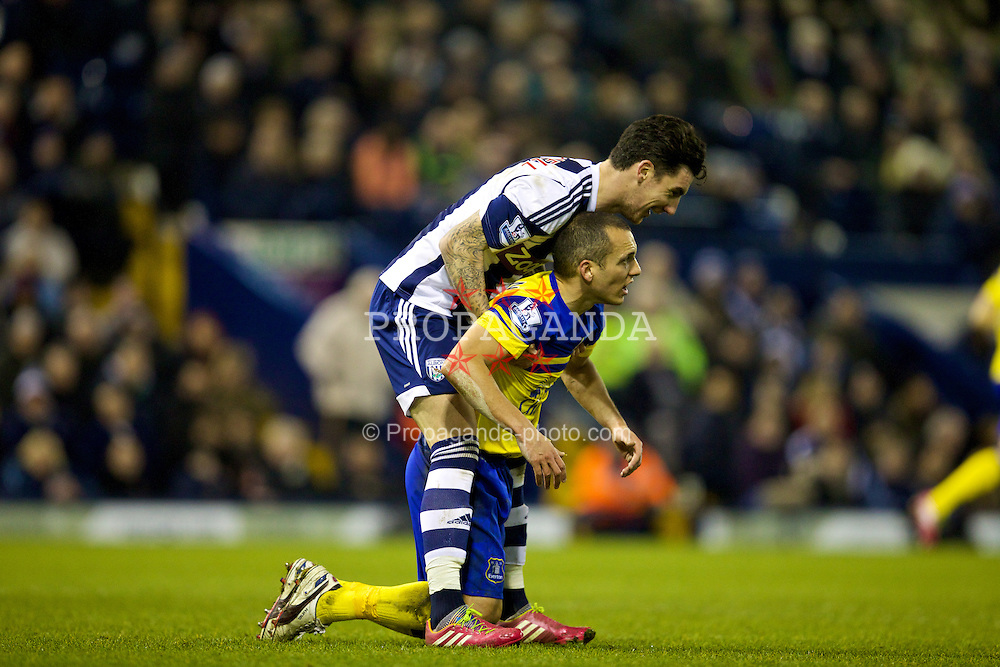 WEST BROMWICH, ENGLAND - Monday, January 20, 2014: Everton's Leon Osman in action against West Bromwich Albion's Liam Ridgewell during the Premiership match at the Hawthorns. (Pic by David Rawcliffe/Propaganda)