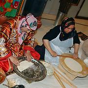 NLD/Utrecht/20050612 - Modeshow en lancering website Chatwalk van Jaap Rijnbende, Marokkaanse vrouwen maken eten klaar